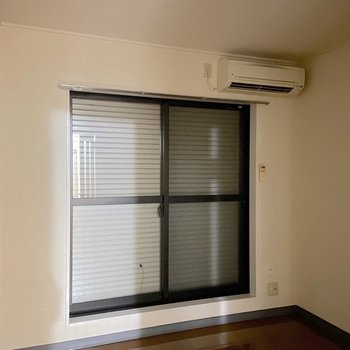 窓にはシャッターが取り付けられています。
