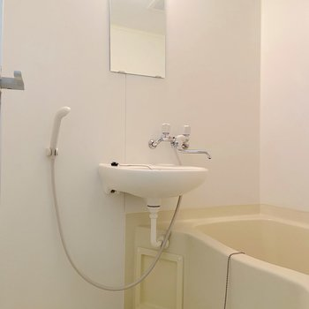 お風呂は二点ユニットタイプです。