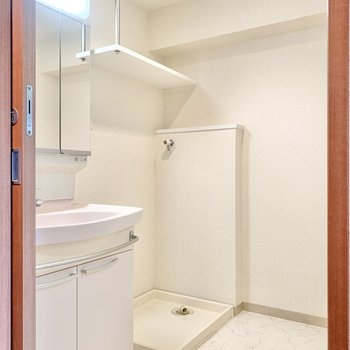 独立洗面台の横に洗濯機置き場があります。
