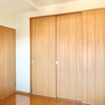 【洋室5.71帖】各部屋に収納が付いていてありがたいですね。