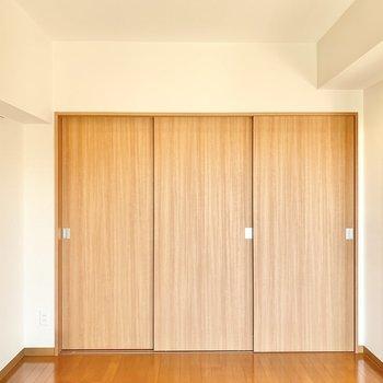 【洋室6.18帖】ダブルベッド以外にも小さめのサイドテーブルや本棚が置けそうです。