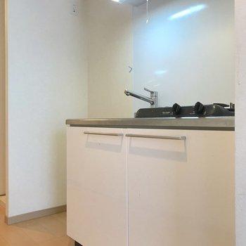 キッチンの隣は冷蔵庫置き場。※写真は4階の反転間取り別部屋のものです
