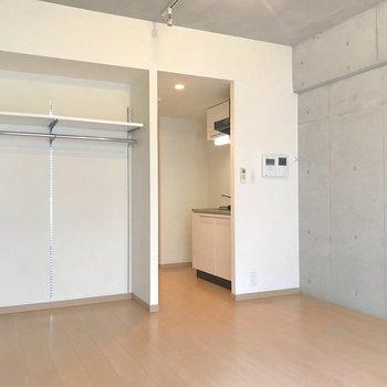 見せる収納はカーテンなどで隠してもいいですね。※写真は4階の反転間取り別部屋のものです