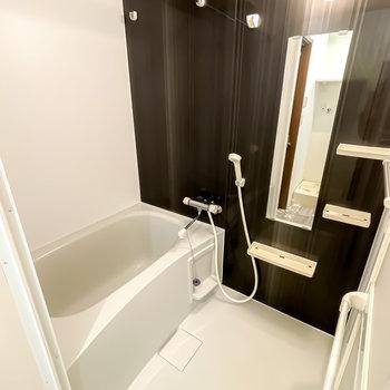 モノトーンの清潔感あるバスルームは浴室乾燥機付き。雨の日の洗濯物も安心ですね。