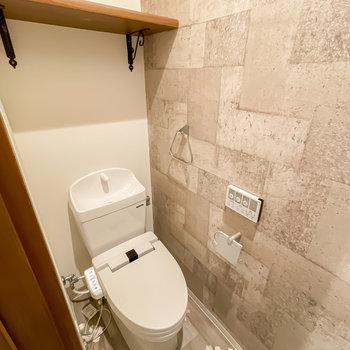 ウォシュレット付きのトイレはコンクリートブロックのような壁と木目の棚がカッコいいんです。