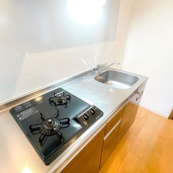 2口コンロで調理スペースもあるので、自炊をして健康的な暮らしができます。