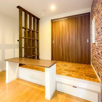 お部屋の隅には小上がりが!格子状の壁で緩く仕切られ、オープンだけどおこもり感もあるんです。