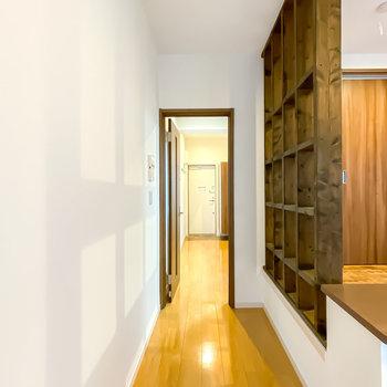 キッチンへのドアは格子状の壁の横に。