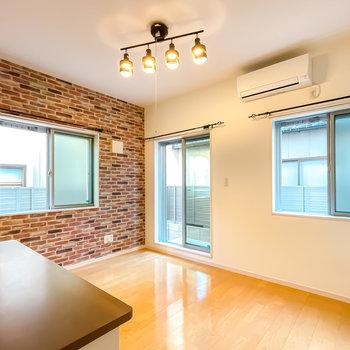 8.2帖の洋室はなんと3面に窓が!レンガ調のアクセントクロスが路地裏のような雰囲気です。