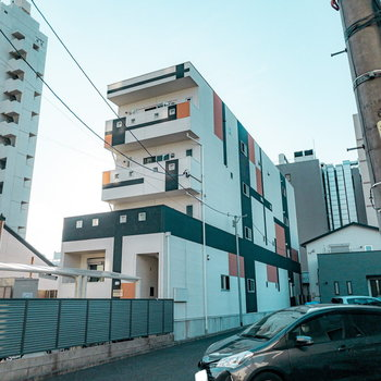 大通りから少し路地に入ると見える、一際目を引く外観のアパート。