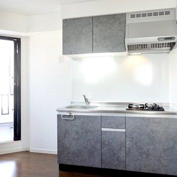 モルタル調のキッチンパネルがクール!冷蔵庫置場は左側に。