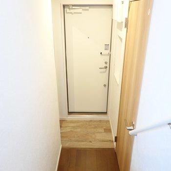 玄関は脱衣所のすぐ隣に。