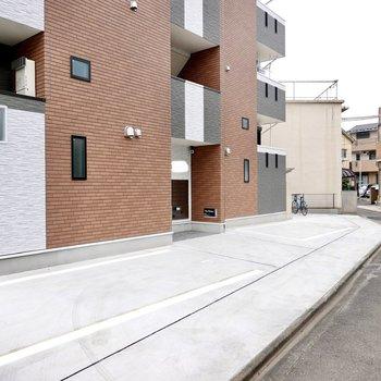 建物の前は落ち着いた雰囲気の住宅街。