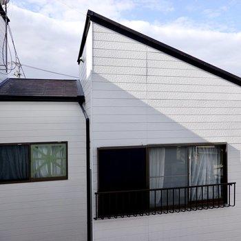 居室の窓からも隣家が見えます。
