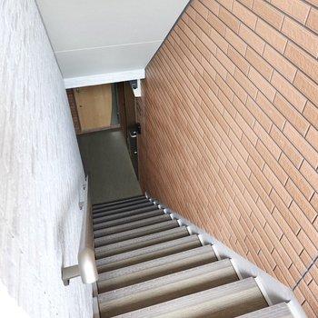 お部屋は2階でエレベーターはありませんが、登りやすい階段で見た目も良し!