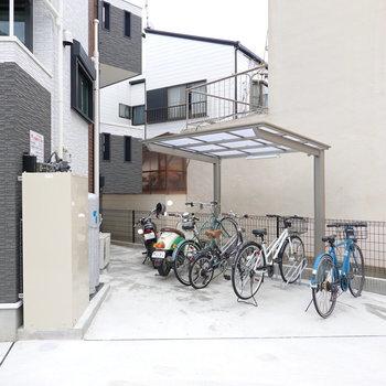 脇には屋根付きの駐輪場も。