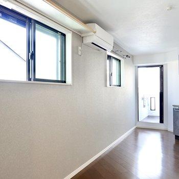 濃いめのグレーの壁には窓が2つもあり、風の通りも良いんです。