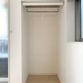 窓に挟まれた位置に、もうひとつ収納が。