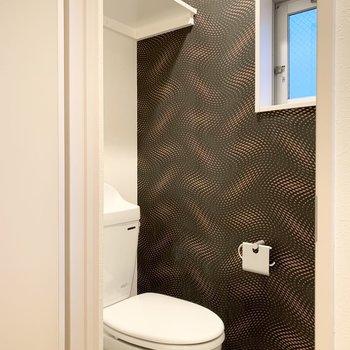 おトイレは洗濯機置場のお隣に。ここもクロスが素敵だな〜◎コンセントがあるのでウォシュレットの後付けも可能です。