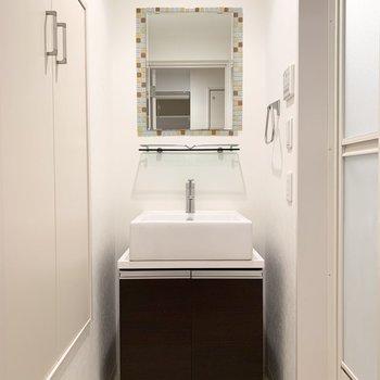 水廻りは一番下に。洗面台のミラーがかわいい◎