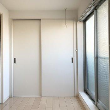 寝室にも、作業スペースにも、リビングの延長にも良さそうな空間ですね。