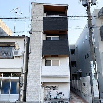 細長い3階建てのアパートです。