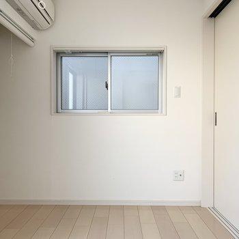 掃き出し窓だけでなく、小窓もあります。