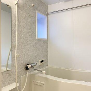 お風呂は小窓と浴室乾燥機付。