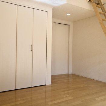 天井が高いのではしごをかけても部屋が広く感じます。