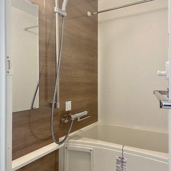 浴室乾燥機付きです。バスグッズを置ける棚が嬉しい。※写真は3階の反転間取り別部屋のものです