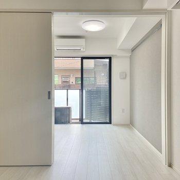 白が基調の明るいお部屋。※写真は3階の反転間取り別部屋のものです