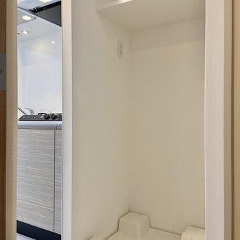洗濯機はこちらに。上部の棚も活用できそうです。※写真は3階の反転間取り別部屋のものです