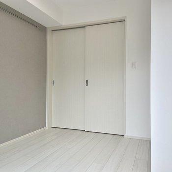 スライドドアを閉めるとこんな感じ。寝るときは閉めて過ごしてもよさそう。※写真は3階の反転間取り別部屋のものです