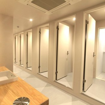 15台のシャワーブースを完備。バスタブもあります。