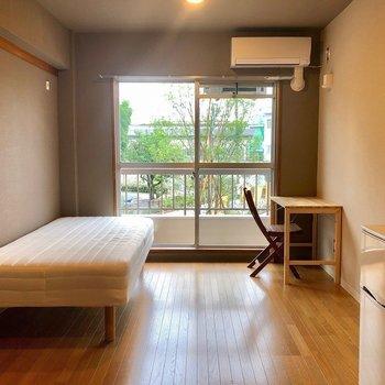 【お部屋】シンプルながら落ち着きのあるワンルーム空間。