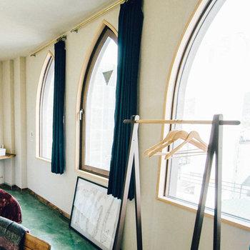 3枚並ぶ東向きの大きな窓と高い天井で開放的な雰囲気。朝日を存分にあびる朝を。