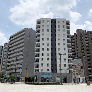 交差点に建つ12階建ての鉄骨鉄筋コンクリートマンションです。