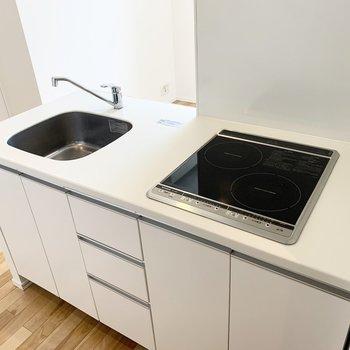2口IHコンロのキッチンはシンプルでお掃除も楽々◎(※写真は8階の同間取り別部屋のものです)