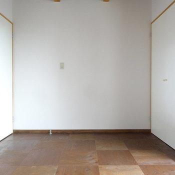 広さもしっかりありますよ。右側の扉はクローゼットです。(※写真は同間取り別部屋のものです)