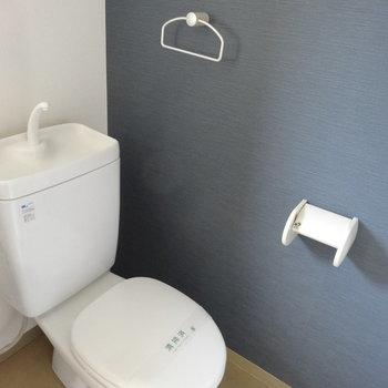 トイレは水回りと同一空間にあります。グレーカラーがオシャレでしょ。(※写真は同間取り別部屋のものです)