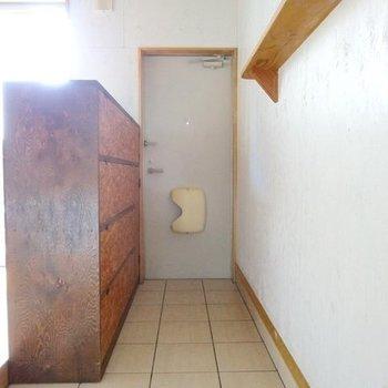 玄関はたっぷりとした広さがあります。左側にあるのはシューズボックスです。(※写真は同間取り別部屋のものです)