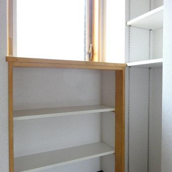 キッチンには作り付けの棚もあります。パントリーとして使えますよ。(※写真は同間取り別部屋のものです)