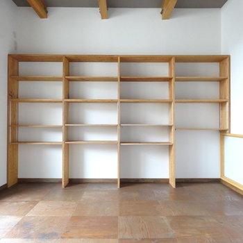 2階へのぼって7.5帖の洋室。壁一面の棚には、趣味のものを飾りたい。(※写真は同間取り別部屋のものです)
