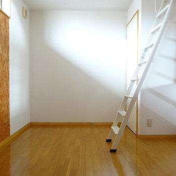 このはしごを上ったらロフト。(※写真は同間取り別部屋のものです)