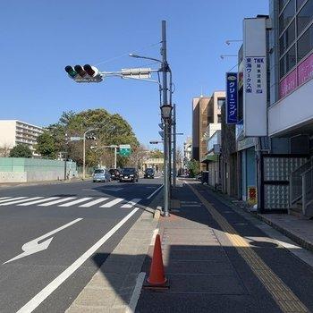 駅を出てすぐ、大通り沿いにありますよ。