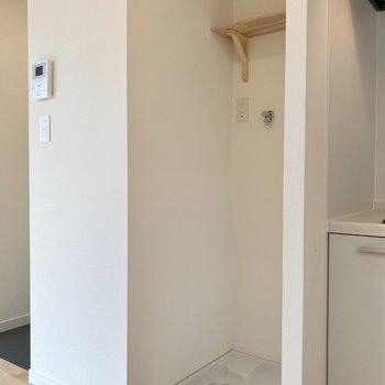 おとなりには洗濯機置き場があります。棚付きなので洗剤などもスッキリ◯