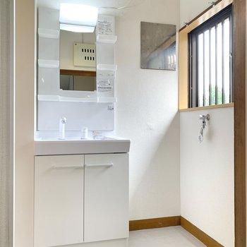 洗面台の隣は洗濯機置き場です。窓付きで換気性能も良好。