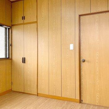 【2階北側洋室】扉の隣の収納を開けてみましょう。