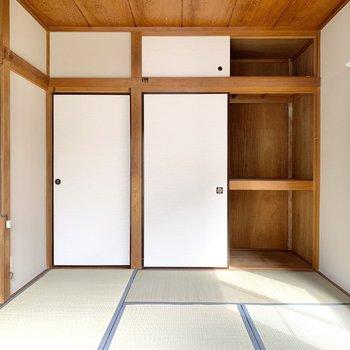 【2階南側和室】押入があるので、寝具や電化製品も収納できます。