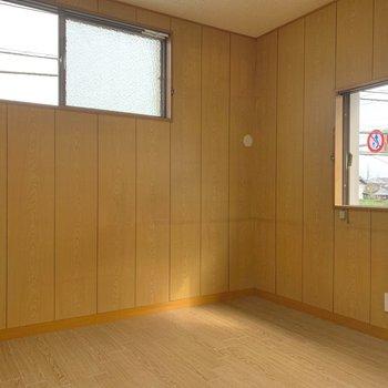 【2階北側洋室】こちらは約4.5帖とコンパクトですが、2面採光で開放的です。